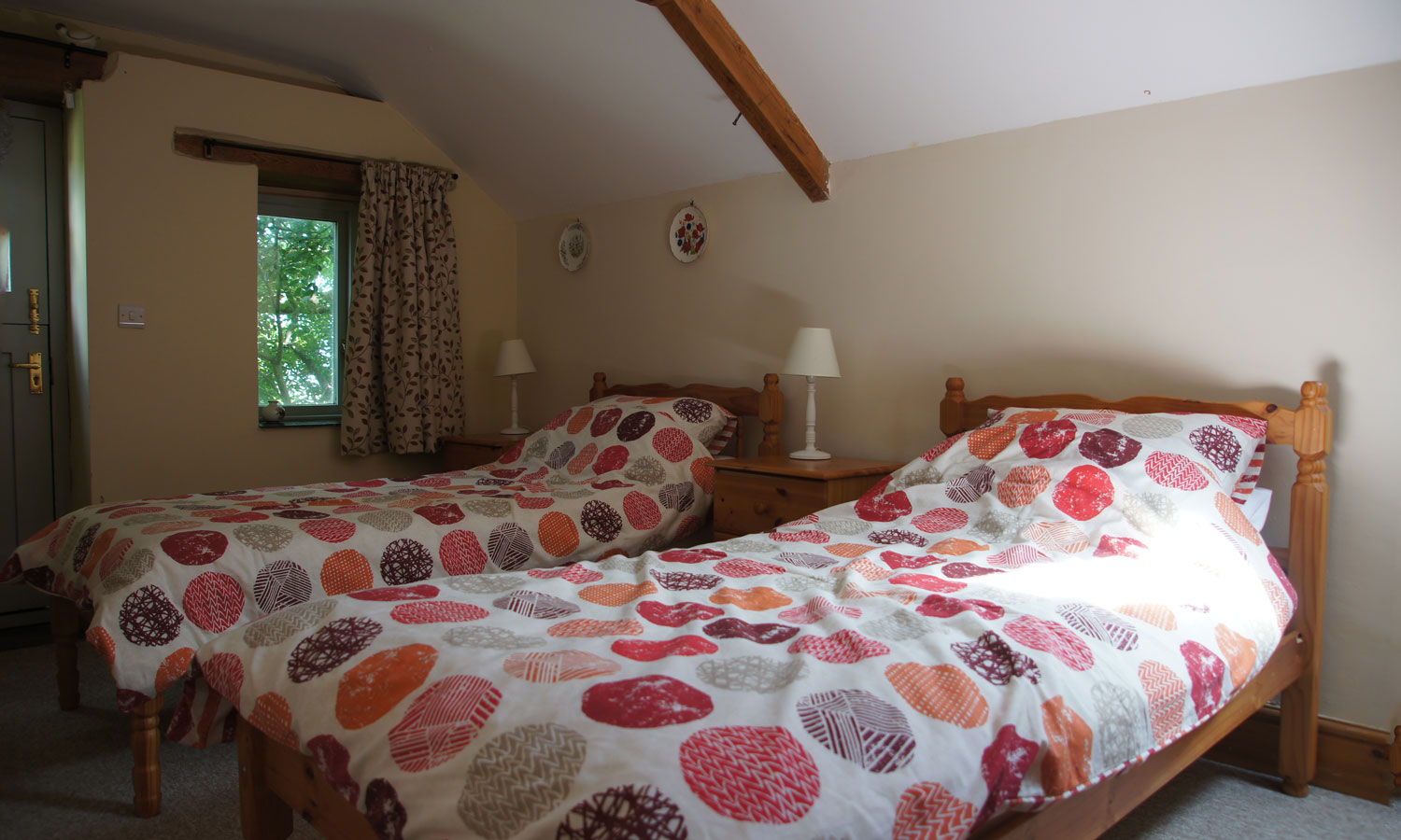 Comfortable twin bedroom in Meadow Barn Holiday Cottage