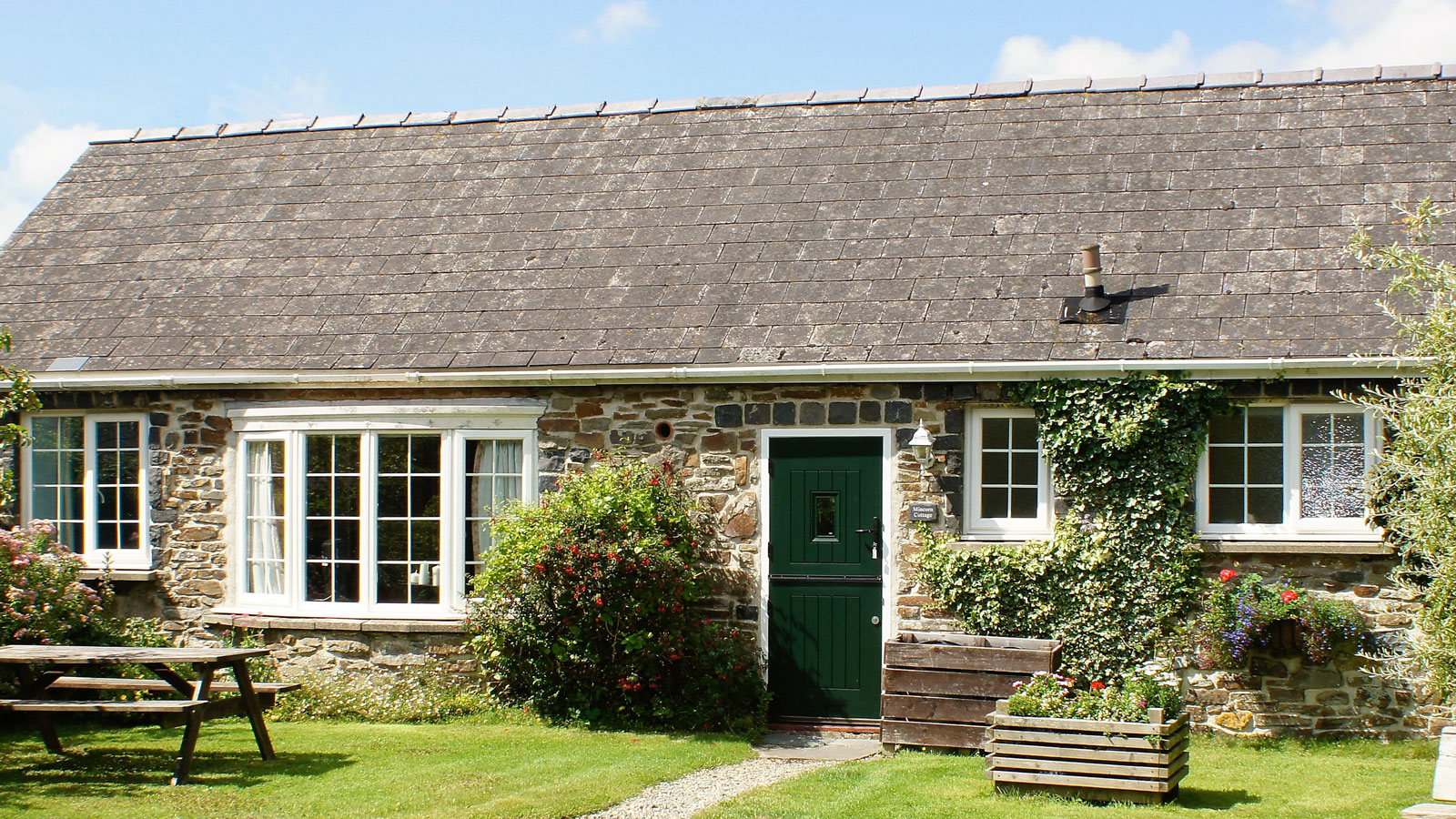 Mincorn Holiday Cottage, pretty stone built cottage in Pembrokeshire - close to Newgale Beach